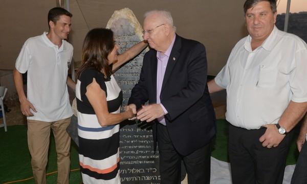 Le président d'Israël qui sert la main de la mère d'Ilan Assaf
