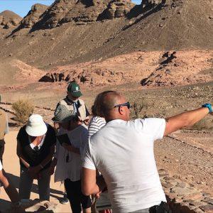 Groupe de voyageurs en Israël avec un guide