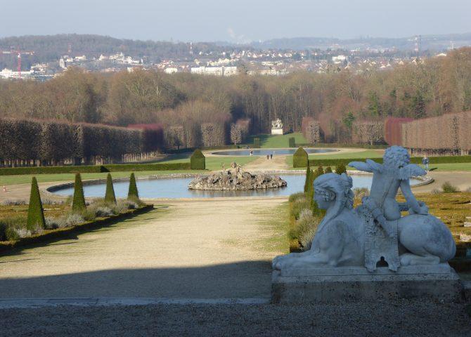 Une sculpture devant une fontaine