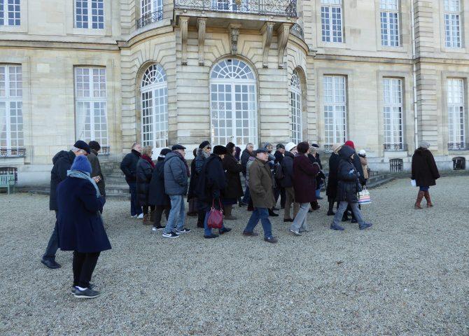 Groupe du Club'S devant un château