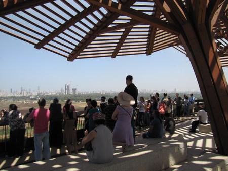 groupe de personnes qui regarde le parc Ariel Sharon