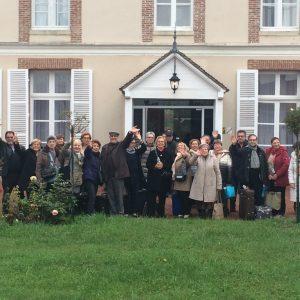 Groupe de personnes devant le château de Chaumont