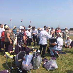 Groupe du Club'S devant la plage de Normandie
