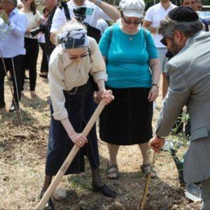 Le rabbin Haïm Korsia qui plante