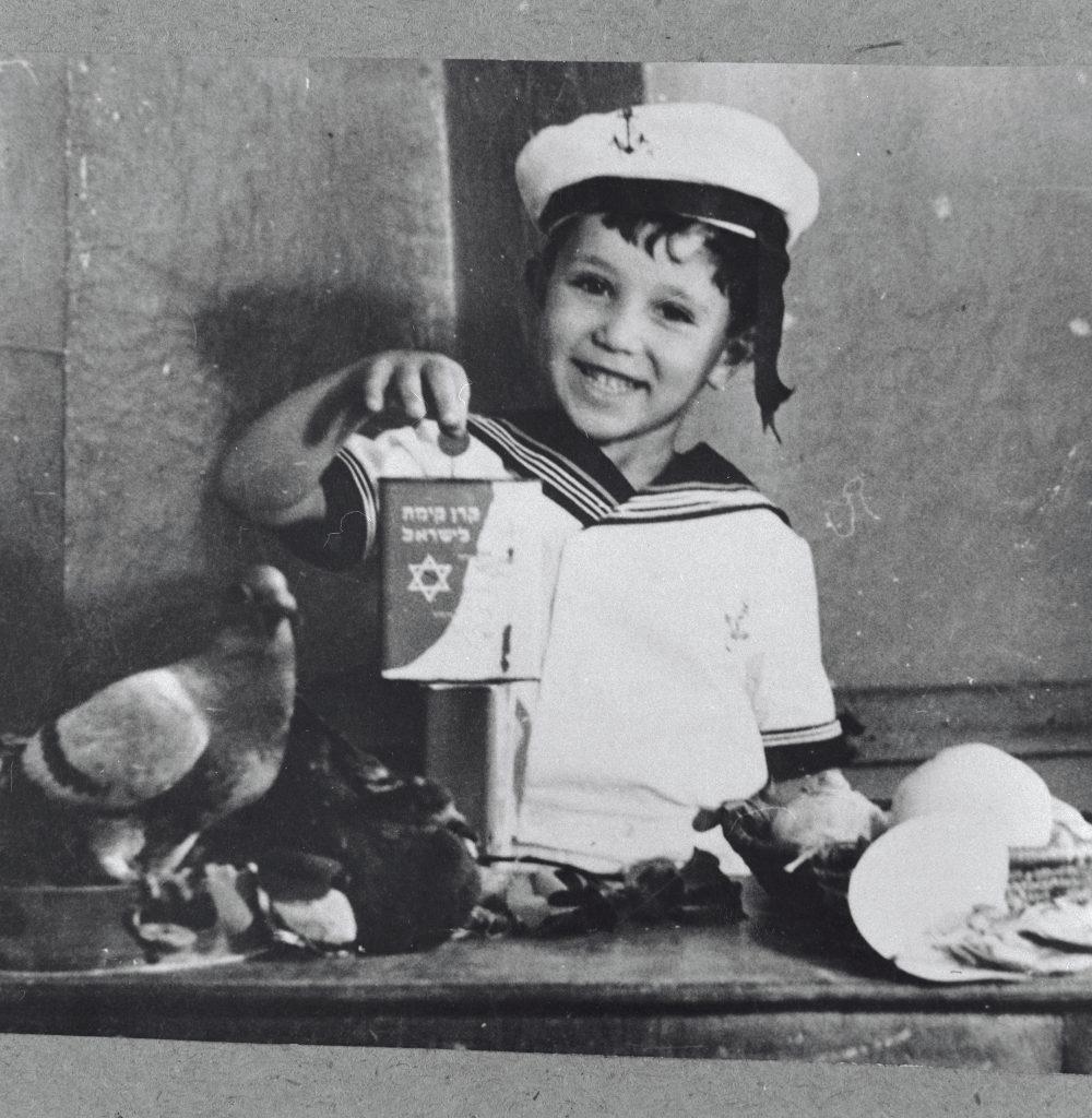 enfant avec une boîte bleu