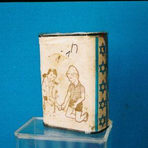 Boîte Bleue – Israël, 1960 (recouverte de papiers)